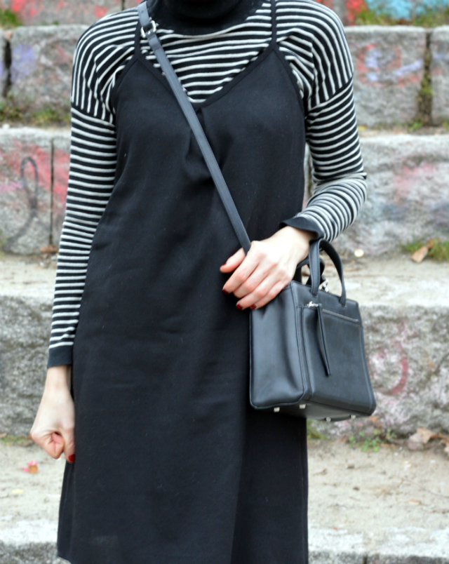 Outfit Athleisure: selbstgenähtes Slipdress Burda May 2016 pattern 113, striped Mango turtleneck, black hat, black bag, black Adidas Neo sneakerss ... Sewionista.com ... Sewing ... Slow Fashion ... DIY