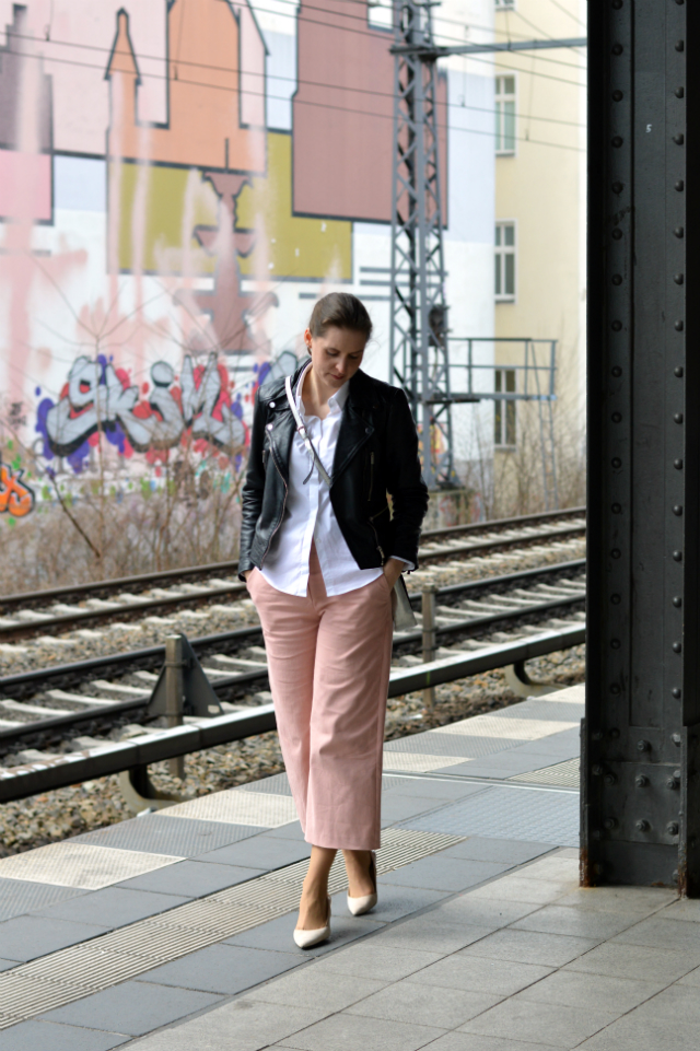 Black leather biker jacket, white blouse, me-made light pink culottes pattern no. 6 Knipmode March 2016, Abro bag silver, Zara Pumps ... Sewionista.com ... Nähen ... Slow Fashion ... DIY