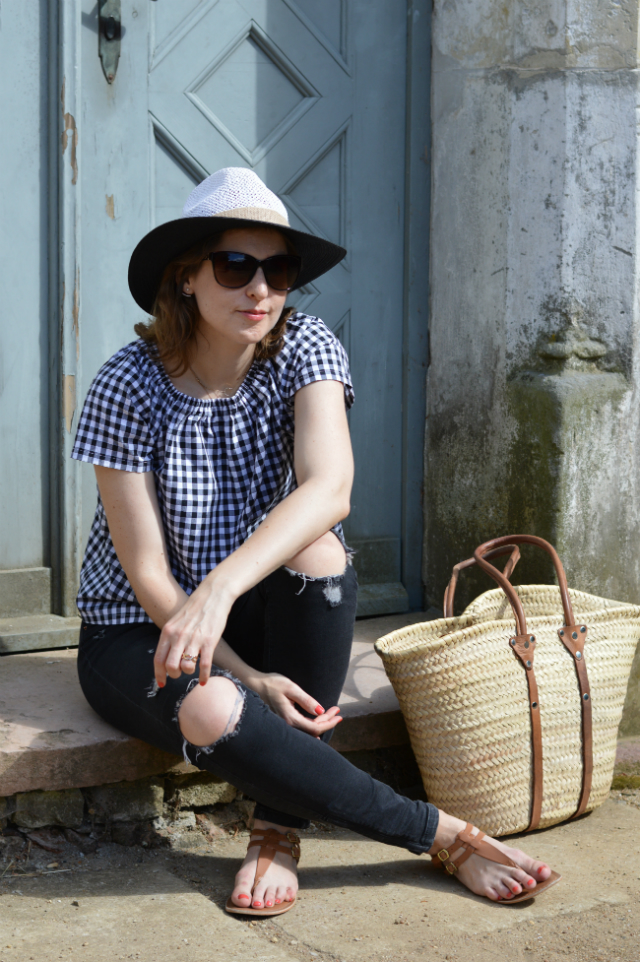 Vacation outfit - me-made gingham blouse Burda Easy pattern, black Zara jeans, straw hat, straw bag, Oscar de la Renta sunglasses, brown sandals ... Sewionista.com ... Sewing ... Slow Fashion ... DIY
