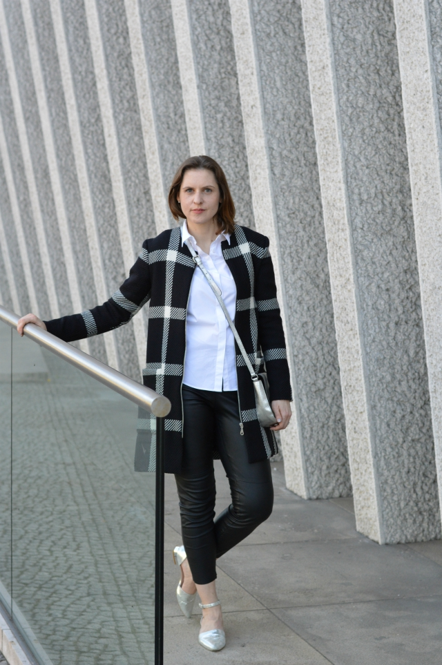 5 Tips for Sewing Prints - me-made Grande Arche check coat Sewionista Patterns, white blouse, fake leather leggings, silver bag, silver ballet flats ... Sewionista.com ... Nähen ... Slow Fashion ... DIY
